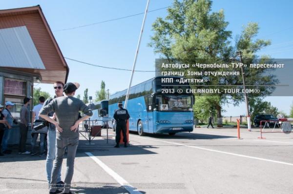 Автобусы Чернобыль-ТУР въезжают в Зону